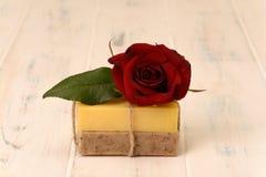 Stång två av tvål och en ros Royaltyfri Fotografi