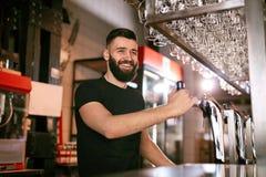 Stångbar Manlig bartenderStanding At Bar räknare arkivbild