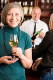 stångbartender som diskuterar den höga winekvinnan Royaltyfri Fotografi