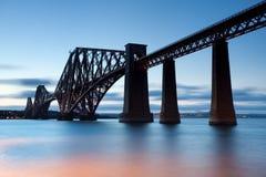 Stångbro över firthen av framåt och att korsa mellan pickolaflöjten och Edinburg på skymning, Skottland liggande handduk f?r tand royaltyfria foton