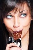 stångchoklad äter kvinnan Royaltyfri Bild