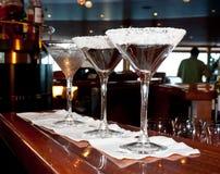 stångdrinkexponeringsglas sockrade martini royaltyfri bild