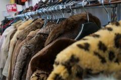 Stången av andrahands- pälslag som är till salu i ett sparsamhetlager, shoppar Arkivbilder
