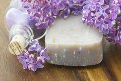 Stången av naturlig tvål, salt för bad och lilan blommar Royaltyfria Bilder