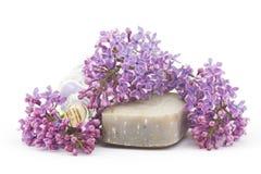 Stången av naturlig tvål, salt för bad och lilan blommar Royaltyfri Fotografi