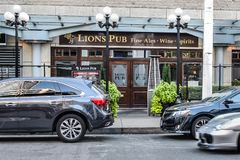 Stången och restaurangen för lejonbarsportar är en traditionell brittisk bar i kolhamnen, i stadens centrum Vancouver arkivbild