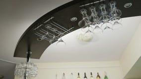 Stångkuggesuspendet, exponeringsglas för martini Närbild stock video