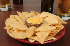 Stångmat, nachos och öl royaltyfri foto