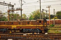 Stångmotor av den indiska järnvägen på railtracks royaltyfria foton