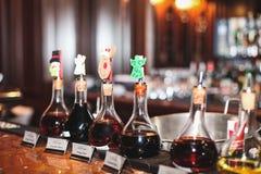 Stångrestaurangstarksprit på coctailarna dricker alkoholtillsatser Royaltyfri Bild