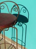 Stångstol och skugga, färgrik vägg fotografering för bildbyråer