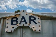 Stångtecken med ljusa bulps på tältet fotografering för bildbyråer