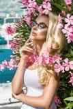 Står den härliga fenomenala bedöva eleganta sexiga blonda modellkvinnan för ståenden med den perfekta framsidan som bär exponerin Arkivfoto