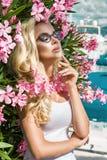Står den härliga fenomenala bedöva eleganta sexiga blonda modellkvinnan för ståenden med den perfekta framsidan som bär exponerin Royaltyfri Foto