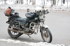 Står den smutsiga motorcykeln för gammal tappning utanför i staden royaltyfri bild
