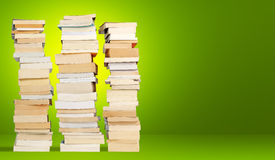 Står hög av bokar Arkivbild