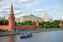 Står hög och väggar av Kremlin moscow Arkivbild