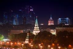 Står högt flyg- panorama för natten av den upplysta MoskvaKreml Arkivfoto