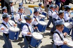 Ståta av barn i Peru royaltyfri foto
