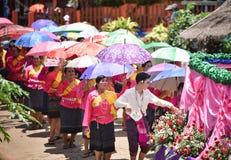 Ståta av dans för phi-Khon-Nam för regnceremonifestival Arkivfoton