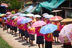 Ståta av dans för phi-Khon-Nam för regnceremonifestival Arkivfoto