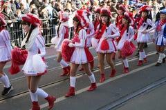 Ståta av flickor i vita karnevaldräkter Royaltyfri Fotografi