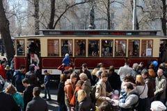 Ståta av gamla spårvagnar på den Chistoprudny boulevarden av Moskva Arkivbild