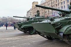 Ståta av militär utrustning i Volgograd Fotografering för Bildbyråer
