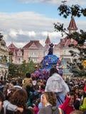 Ståta av tecknad filmtecken i Disneyland Royaltyfri Bild