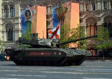 Ståta i heder av Victory Day i Moskva Den nyaste ryska huvudsakliga för `-Armata för striden T-14 skurkrollen ` spårade plattform Royaltyfria Foton