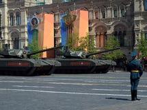 Ståta i heder av Victory Day i Moskva Den nyaste ryska huvudsakliga för `-Armata för striden T-14 skurkrollen ` spårade plattform Royaltyfria Bilder