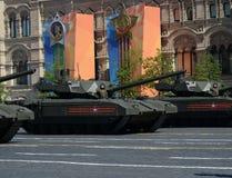 Ståta i heder av Victory Day i Moskva Den nyaste ryska huvudsakliga för `-Armata för striden T-14 skurkrollen ` spårade plattform Arkivfoto