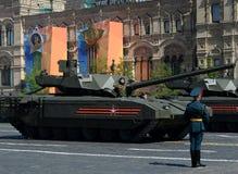 Ståta i heder av Victory Day i Moskva Den nyaste ryska huvudsakliga för `-Armata för striden T-14 skurkrollen ` spårade plattform Arkivbild