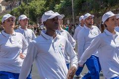 Ståta på den italienska nationella dagen Unga idrottsman nen i bildande arkivfoto