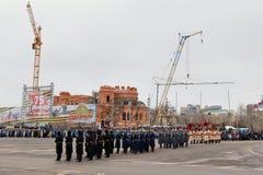 Ståta på huvudsaklig stadsfyrkant i hedern av årsdagen 75 av Royaltyfri Bild