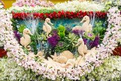 Ståtabilarna dekoreras med många sorter av blommor i ettåriga växten 42. Chiang Mai Flower Festival Royaltyfri Foto