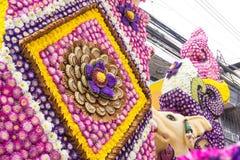 Ståtabilarna dekoreras med många sorter av blommor i ettåriga växten 42. Chiang Mai Flower Festival Royaltyfri Fotografi