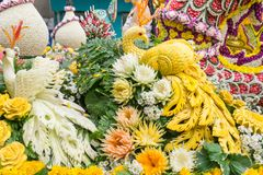 Ståtabilarna dekoreras med många sorter av blommor i ettåriga växten 42. Chiang Mai Flower Festival Arkivbilder