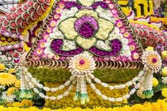 Ståtabilarna dekoreras med många sorter av blommor i ettåriga växten 42. Chiang Mai Flower Festival Royaltyfria Bilder