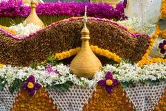Ståtabilarna dekoreras med många sorter av blommor i ettåriga växten 42. Chiang Mai Flower Festival Arkivbild