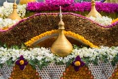 Ståtabilarna dekoreras med många sorter av blommor i ettåriga växten 42. Chiang Mai Flower Festival Arkivfoton