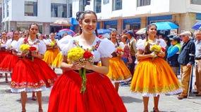 Ståtar cuencanas för folk dansare för unga kvinnor på, Ecuador arkivbild