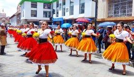 Ståtar cuencanas för folk dansare för unga kvinnor på, Ecuador fotografering för bildbyråer