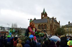 Ståtar den årliga händelsen för den Londonderry /Derry staden för att fira dag för St Patrick's Arkivfoto