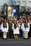 ståtar den grekiska guardmilitären för färg Fotografering för Bildbyråer