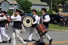 Ståtar den iklädda dräkten för unga män som spelar musikinstrument under Juli 4th, Saratoga NY, 2016 Arkivbild