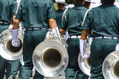 Ståtar det horn- avsnittet för marschmusikbandet på Arkivbild