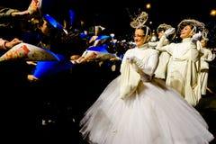 Ståtar dräkten för iklädd vit för kvinnan under Epiphany Royaltyfria Bilder