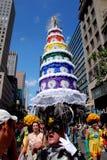 ståtar glad hattnyc för caken stolthetbröllop Arkivbild