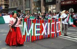 ståtar mexikansk nyc för dagsjälvständighet Fotografering för Bildbyråer